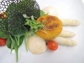 gebackene Kürbis-Plätzchen mit Spargel und Babyspinat