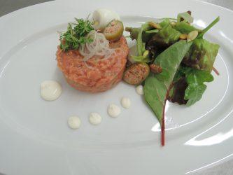 Beef Tatar - Kapernapfel - Wachtel-Ei - Creme fraiche