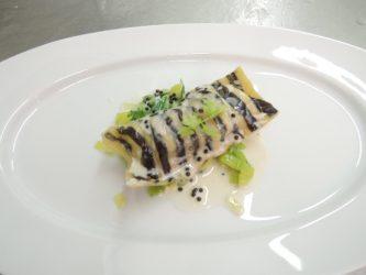Raviolo vom St. Pierre auf Lauchgemüse - Kaviar-Soße vom heimischen Vivace-Kaviar