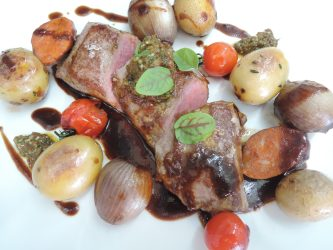 Rücken vom irischen Lamm mit Chorizo / Thymian Kartoffeln / eingelegte Perlzwiebeln, Tomaten-Gremolata